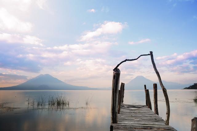 Jutro ob jezeru Atitlan v Gvatemali.